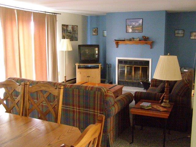 17E- living room.JPG