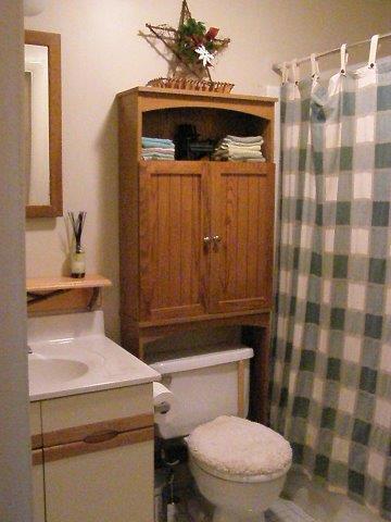 30C- Hallway Bath upstrs.jpg