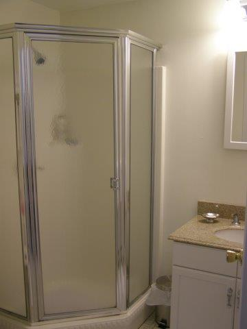 60H- downstairs bath room.JPG